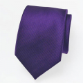 Cravate en soie violet foncé